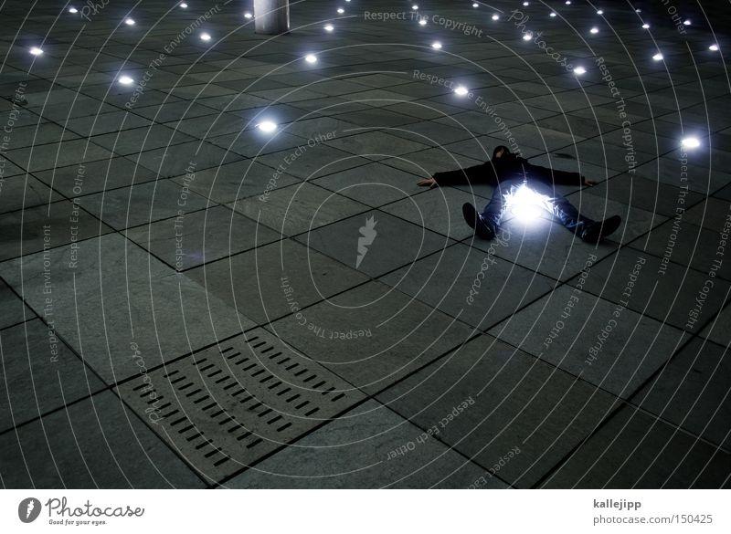 BLN08_ich seh den sternenhimmel Mann Mensch liegen Licht Nacht Beleuchtung Veranstaltungsbeleuchtung Ganzkörperaufnahme Platz Stein platt Bodenbelag Lampe