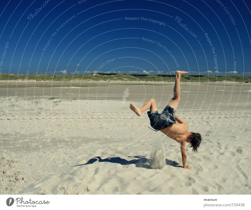 funny break Jugendliche Sommer Sand Strand Spielen Freude Freizeit & Hobby Wohlgefühl Glück blau Lebensfreude Unbekümmertheit sportlich Gesundheit Bewegung