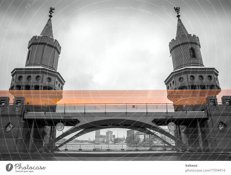 Oberbaumbruecke Tourismus Sightseeing Städtereise Architektur Sehenswürdigkeit Wahrzeichen Oberbaumbrücke Verkehrsmittel Verkehrswege Personenverkehr