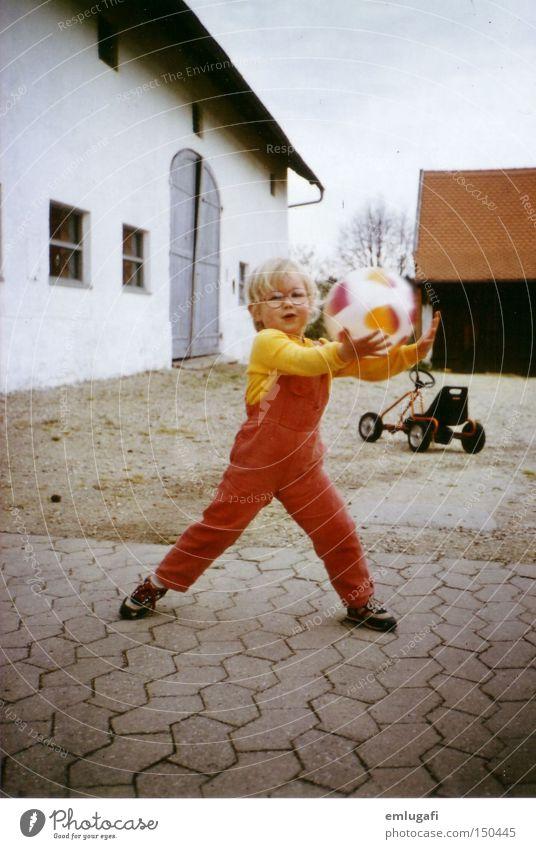 Ballspiel Kind rot Freude Kindheit Geburtstag Aktion Brille retro Kleinkind Bauernhof Hof Ballsport Jubiläum Breitbeinig