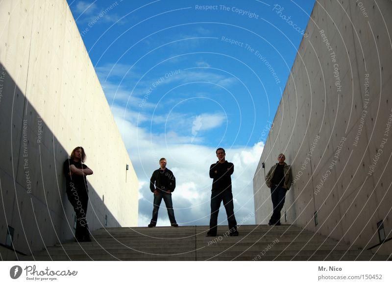 vier ste(c)her Rockband 4 lässig Coolness Himmel standhaft Beton Freundschaft Treppe Wolken Menschengruppe Detailaufnahme Musiker Schnur the wall low behaviour