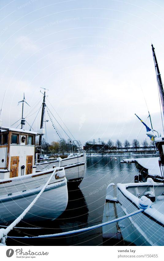 Boote Wasser Winter kalt Schnee See Eis Wasserfahrzeug Feste & Feiern Küste Seil Hafen Handwerk Schifffahrt Strommast Schweden Skandinavien