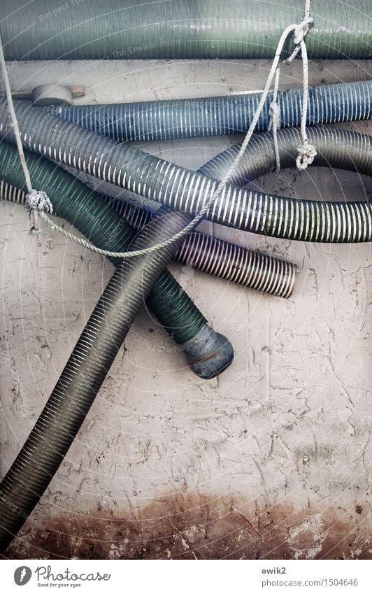 Es schlaucht Mauer Wand Fassade Schlauch Feuerwehr Löschschlauch Wasserschlauch Metall Kunststoff hängen alt Zusammensein lang trist viele ruhig durchhängen