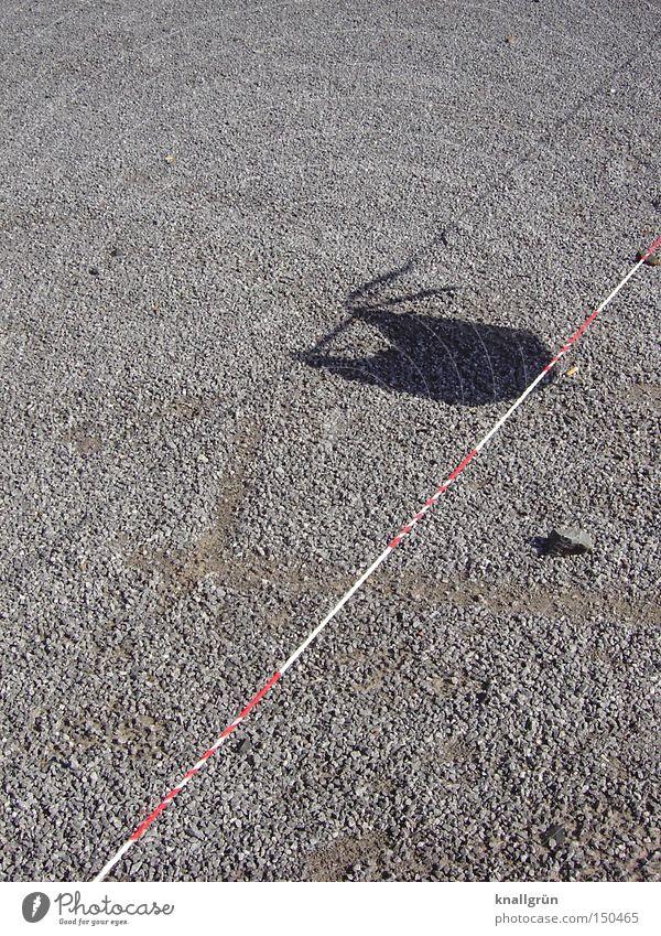 Schattenwerfer Barriere Licht rot weiß grau hell dunkel aufhängen Stein obskur Sicherheit Flatterband Kies