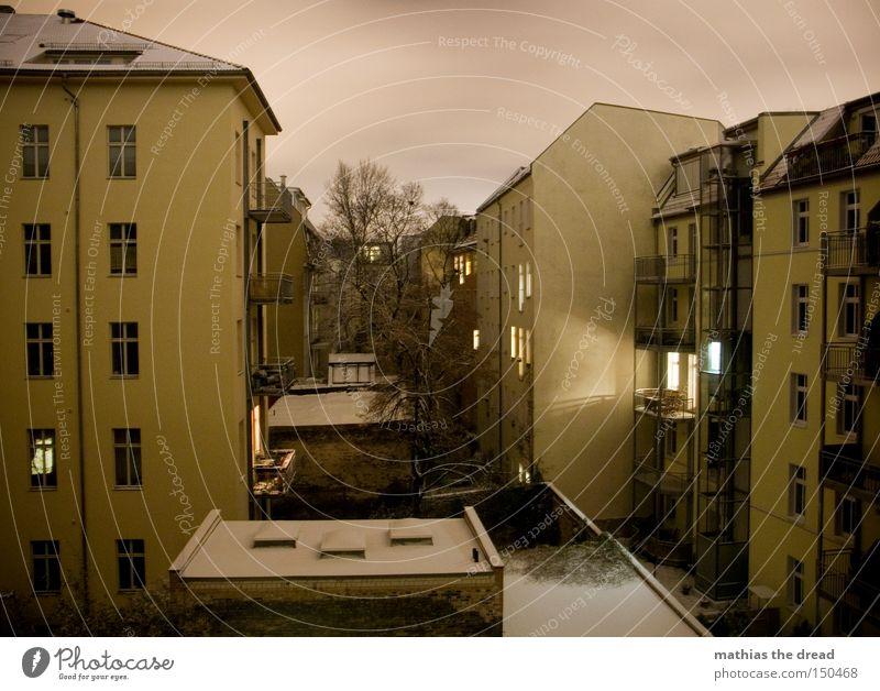 INNENhofARCHITEKTUR bei NACHT mit SCHNEE Himmel Stadt Winter Haus dunkel Schnee Regen Nacht Balkon erleuchten Abenddämmerung Hof Erkenntnis