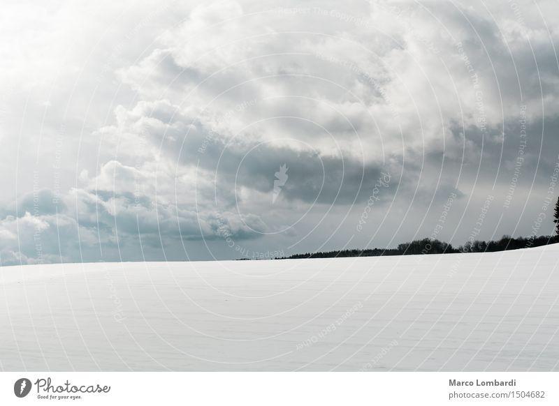 verschneiter Hügel, Wolkenspiel im Hintergrund Umwelt Natur Landschaft Luft Himmel Horizont Sonnenlicht Winter Klima Wind Schnee Schneebedeckte Gipfel