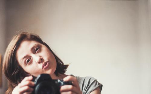 das sein im sein. Fotokamera feminin Junge Frau Jugendliche Erwachsene Gesicht 1 Mensch 18-30 Jahre Haare & Frisuren brünett Spiegelbild festhalten Blick schön