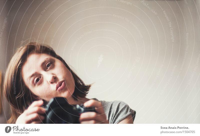 das sein im sein. Mensch Frau Jugendliche schön Junge Frau 18-30 Jahre Gesicht Erwachsene natürlich feminin Haare & Frisuren Zufriedenheit festhalten Fotokamera