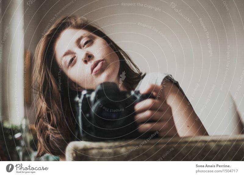 das selbst im sein. Mensch Jugendliche schön Junge Frau Erotik 18-30 Jahre Gesicht Erwachsene natürlich feminin Haare & Frisuren Stimmung träumen sitzen