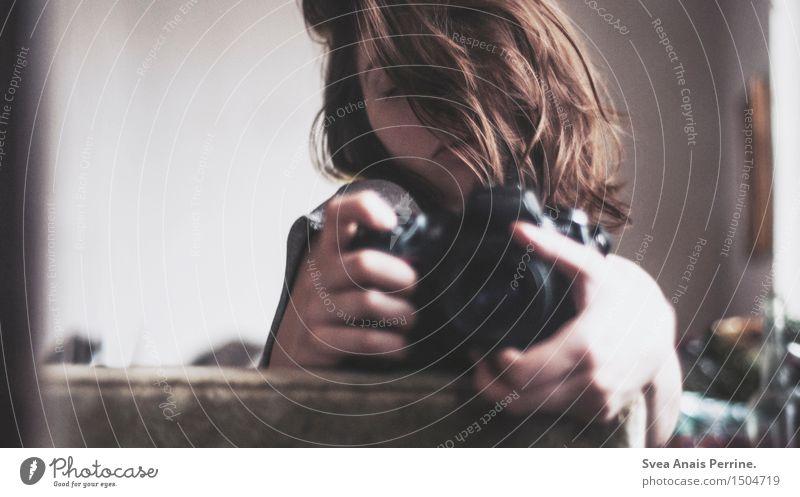 der schein im sein feminin Junge Frau Jugendliche Haare & Frisuren 1 Mensch 18-30 Jahre Erwachsene brünett langhaarig Locken Fotokamera Spiegel Spiegelbild