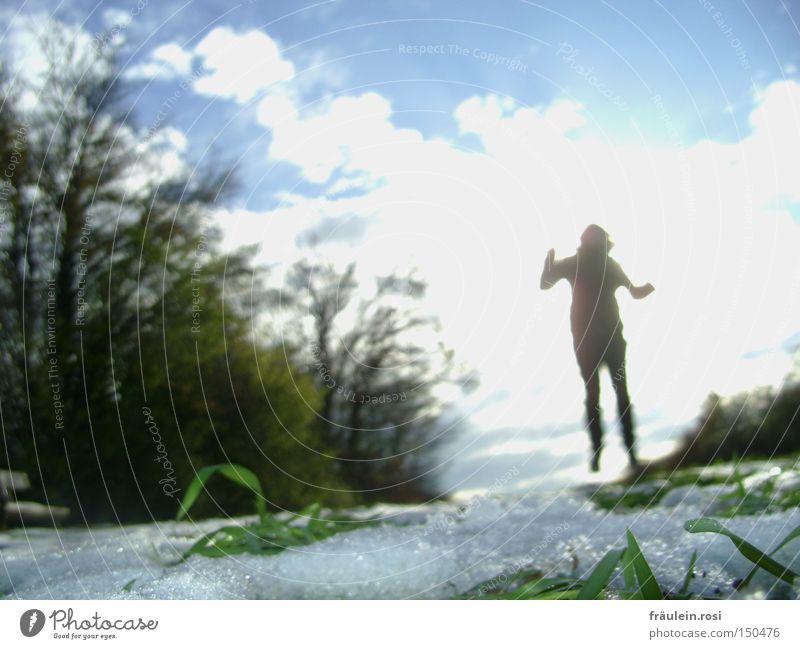 dem Licht entgegen Farbfoto Außenaufnahme Textfreiraum links Tag Schatten Sonnenlicht Unschärfe Bewegungsunschärfe Ganzkörperaufnahme Schnee Mensch Arme Beine 1