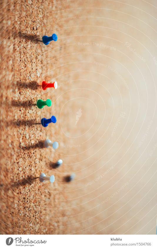 Gruppe Reißzwecke festgesteckt auf Pinnwand. Menschengruppe braun Büro Information Sammlung Mitteilung Objektfotografie blanko Aushang Schwarzes Brett