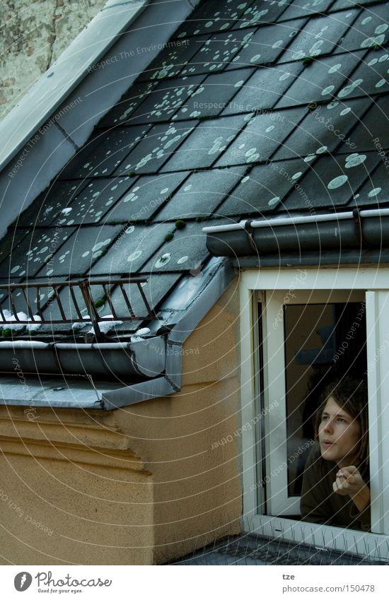 Der Raucher Winter kalt Wohnung Dach Rauchen Rauch verträumt Rastalocken Kreuzberg Innenhof