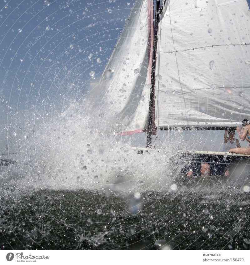 Platsch 2 oder, der Volltreffer! Wasser Wassertropfen Tropfen Wasserfahrzeug Segel See Meer Sommer Erfrischung Freude tauchen Sport spritzen Spielen Europa