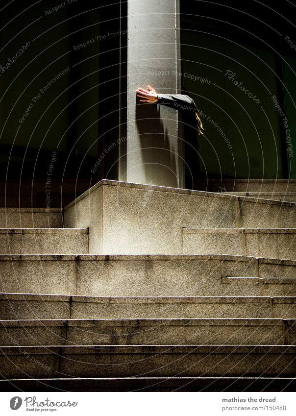 BLN 08 | KALTES HÄNDCHEN Hand schwarz dunkel lustig Angst Beton Treppe gefährlich bedrohlich geheimnisvoll Verkehrswege verstecken Geister u. Gespenster Panik