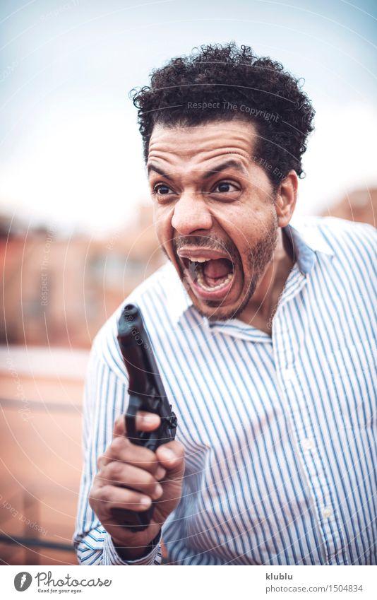 Überzeugter attraktiver Mulattemann mit einer Gewehr Mann weiß schwarz Erwachsene gefährlich niedlich Model Polizist Waffe Pistole töten Mafia Afro-Look