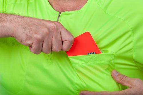 Der Schiedsrichter zieht eine rote Karte aus seiner Tasche Sport Fußball Mensch Mann Erwachsene Hand Hemd gelb grün Zeichen Bestrafung Strafe offiziell urteilen