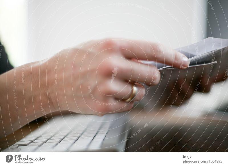 homeoffice Mensch Frau Hand Erwachsene Leben Lifestyle Arbeit & Erwerbstätigkeit Büro Aktion Computer Papier planen lesen Bildung Beruf Erwachsenenbildung