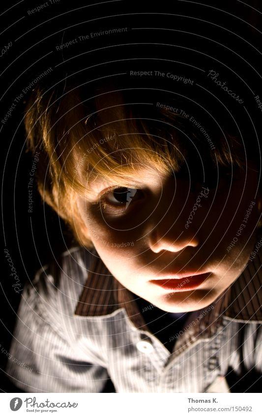 Into The Light Licht Schatten dunkel Angst Gesicht Porträt Junge Kind Schulkind gruselig Einsamkeit Vertrauen Panik spukhaft