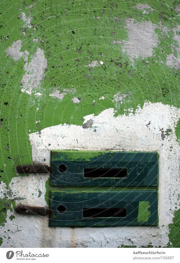 Kommunikationsabbruch weiß grün Mauer verfallen Post Briefkasten Schlitz