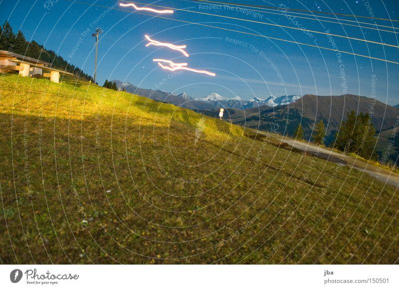 heissluftbalonspuren Nacht Wiese Langzeitbelichtung Grundbesitz Gras Licht Berge u. Gebirge Streifen Lichtstreifen Nachtaufnahme Freude streichen