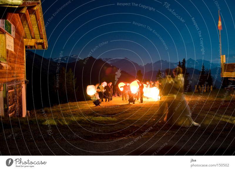 endlich Feierabend Nacht Haus Langzeitbelichtung Grundbesitz Gras Licht Berge u. Gebirge spät Umarmen Nachtaufnahme Feste & Feiern Freude streichen