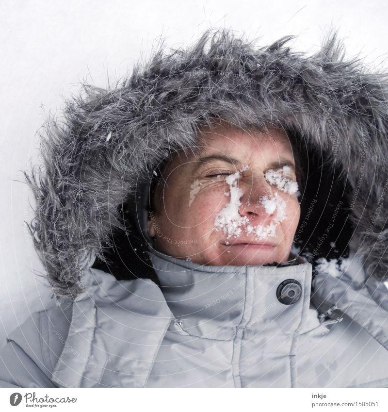 So gar nicht knapp daneben! Mensch Frau Freude Winter Gesicht kalt Erwachsene Leben Gefühle Schnee Lifestyle Freizeit & Hobby Fröhlichkeit Lächeln Mitte Jacke