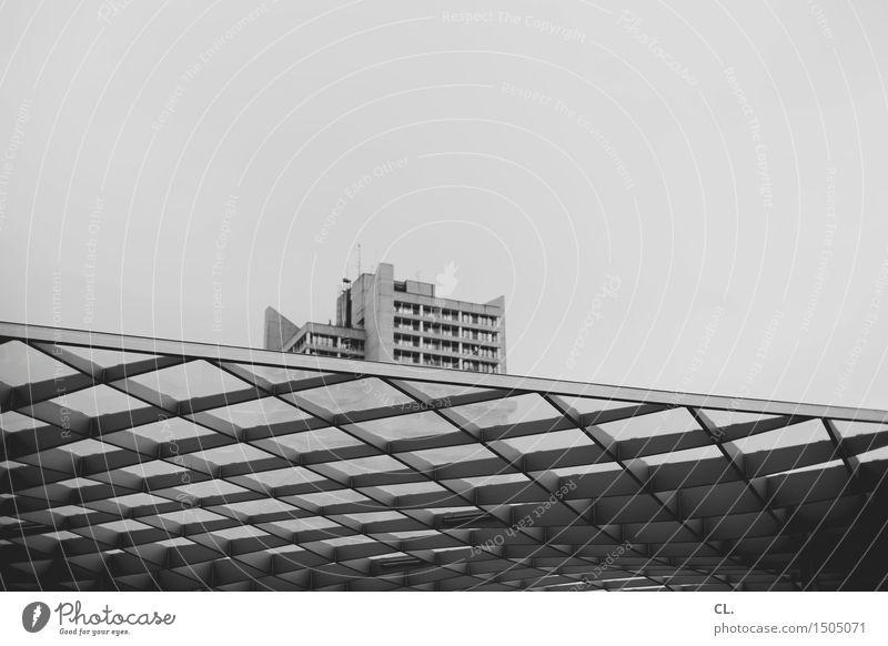 hochhaus Himmel Haus Hochhaus Bauwerk Gebäude Architektur Dach Stadt Schwarzweißfoto Außenaufnahme Textfreiraum links Textfreiraum rechts Textfreiraum oben Tag