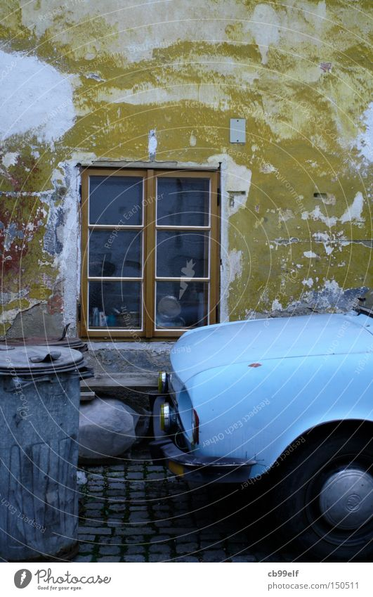 Krumau_01 alt blau Fenster PKW Fassade KFZ Müllbehälter Altstadt Tschechien Krummau