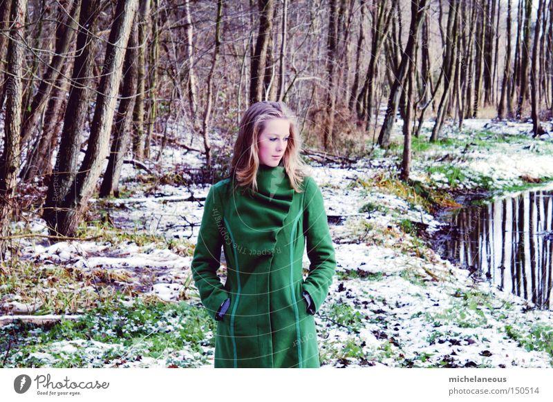 mädchen im walde grün Baum schön Winter Blatt Einsamkeit Wald Gras ästhetisch Märchen Bach verträumt Fee