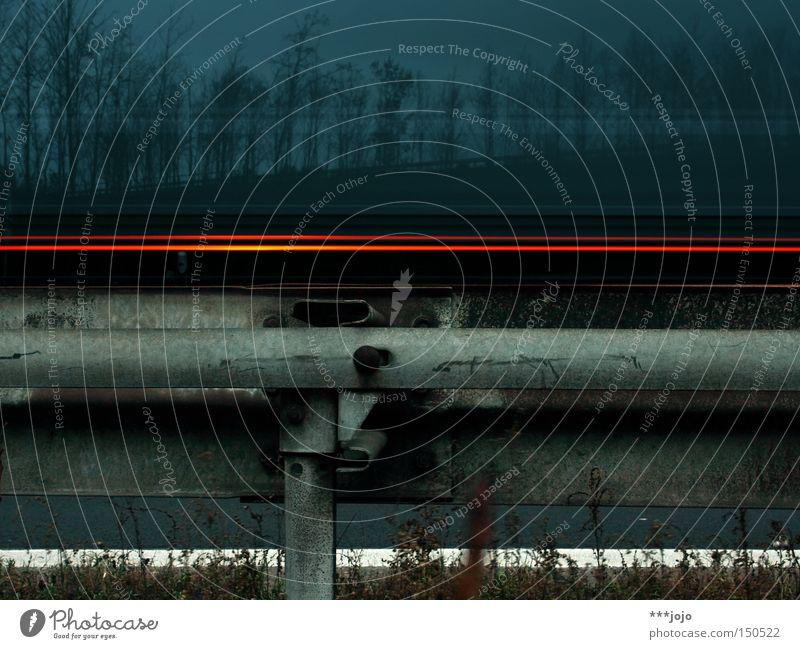 hyperballad. Leitplanke Langzeitbelichtung Straße Licht blau Beleuchtung KFZ Geschwindigkeit Raser Baum Straßenrand dunkel Autobahn ruhig Verkehrswege PKW