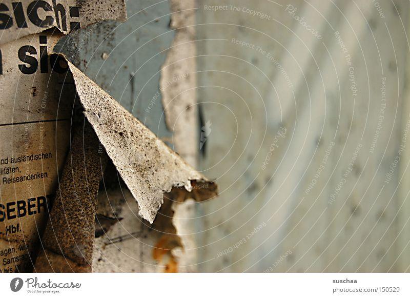 abriss alt Schriftzeichen kaputt Zeitung Vergänglichkeit Tapete verfallen Recycling Demontage Zerreißen abblättern vergilbt Altpapier Fetzen verschlissen