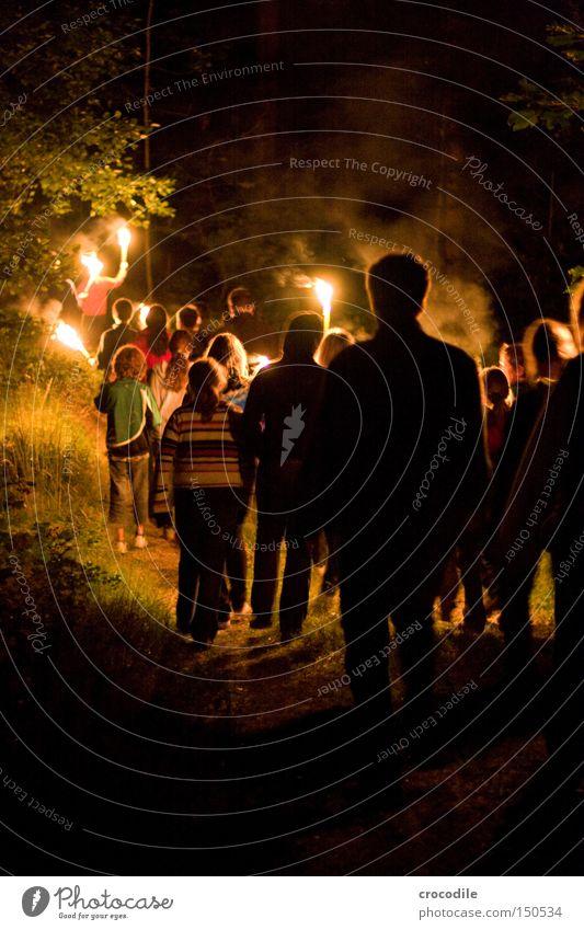 Nachtwanderung Jugendliche Wald dunkel Menschengruppe Angst wandern Brand Feuer Panik spukhaft Fackel