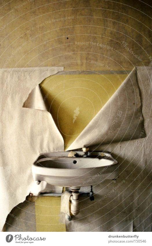 Feuchtgebiet Waschbecken Wand Wasserhahn Bad Tapete Verfall Abfluss weiß gelb Beton verfallen alt