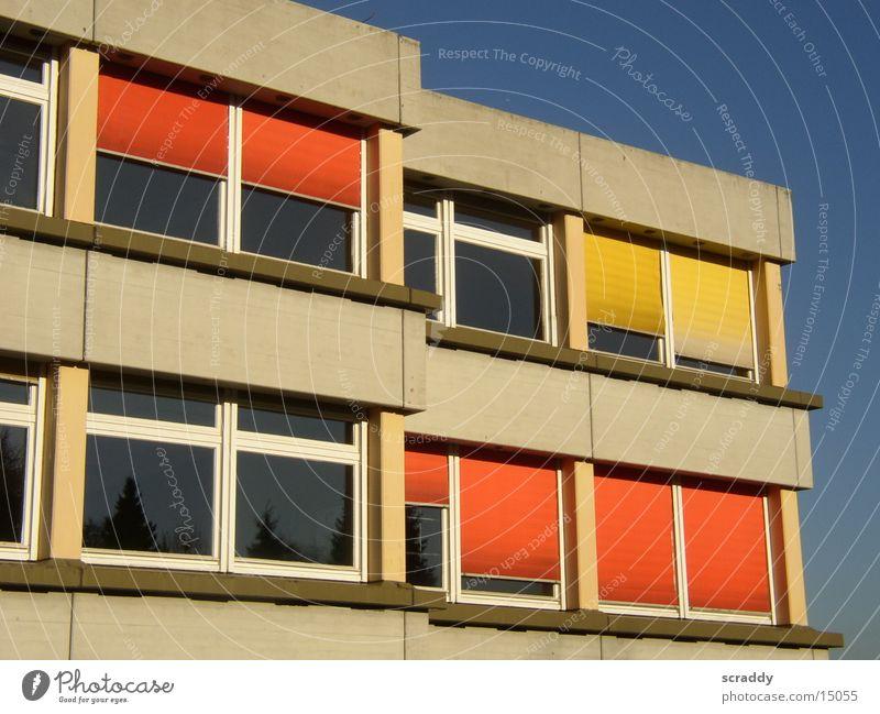 Schule Himmel blau Sonne gelb Fenster Architektur orange Fassade Schulgebäude Blauer Himmel Gymnasium Rollladen Bildung Betonbauweise