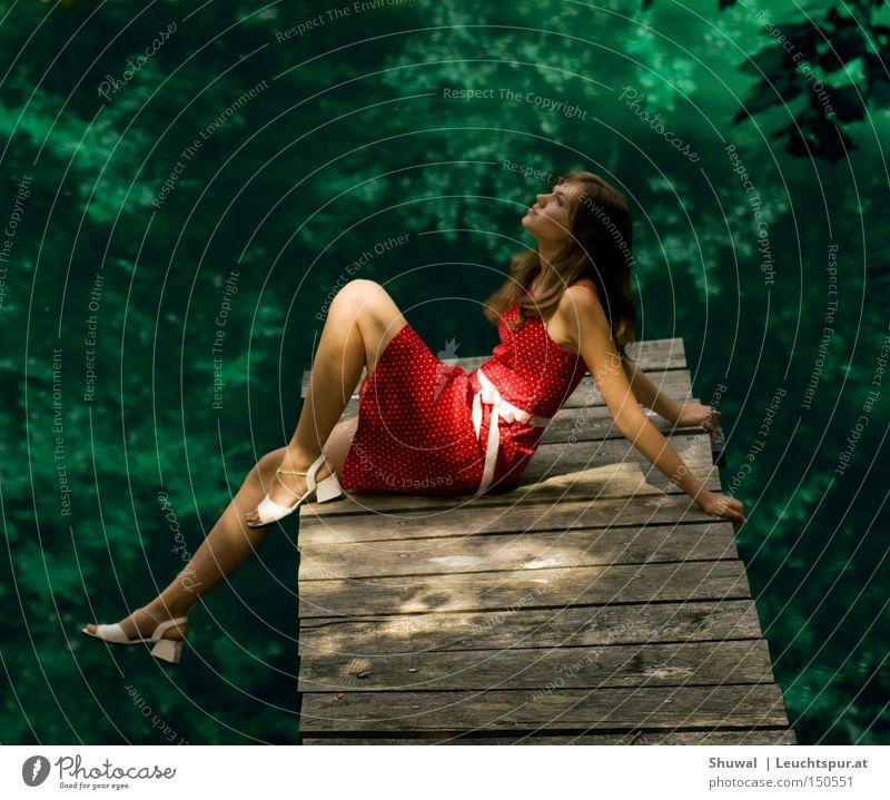 So schee kos Lebn sei ... Frau Natur Jugendliche Wasser grün schön rot Sommer Erwachsene Wald feminin Freiheit Porträt Frühling träumen Beine