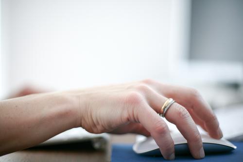 Dienstag Mensch Frau Hand Erwachsene Leben Gefühle Lifestyle Business Arbeit & Erwerbstätigkeit Büro Computer Bildung Beruf Erwachsenenbildung Internet
