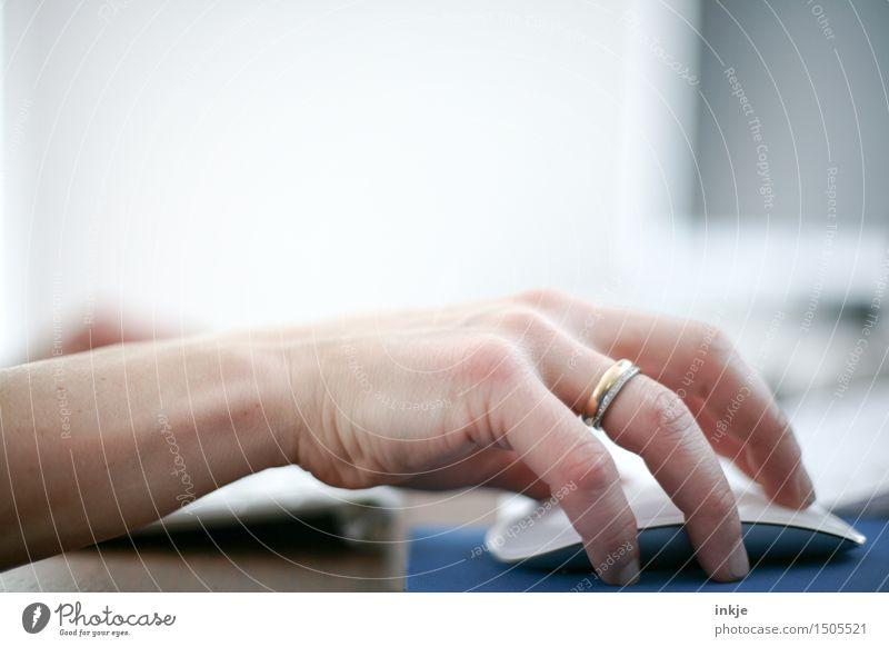 Dienstag Mensch Frau Hand Erwachsene Leben Gefühle Lifestyle Business Arbeit & Erwerbstätigkeit Büro Computer Bildung Beruf Erwachsenenbildung Internet Konzentration