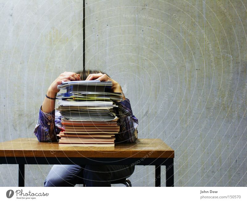 Prüfungsstress II Stuhl Tisch Bildung Schule Schulgebäude Schüler Studium Student Hörsaal Büro Mensch Buch Aktenordner Arbeit & Erwerbstätigkeit lernen lesen