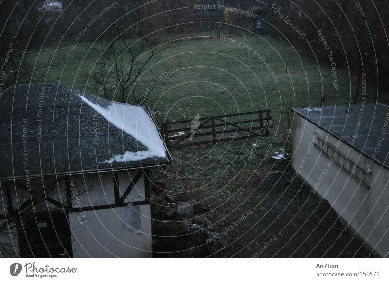 Wintergefühl kalt Schnee grau Stimmung Zaun Garage