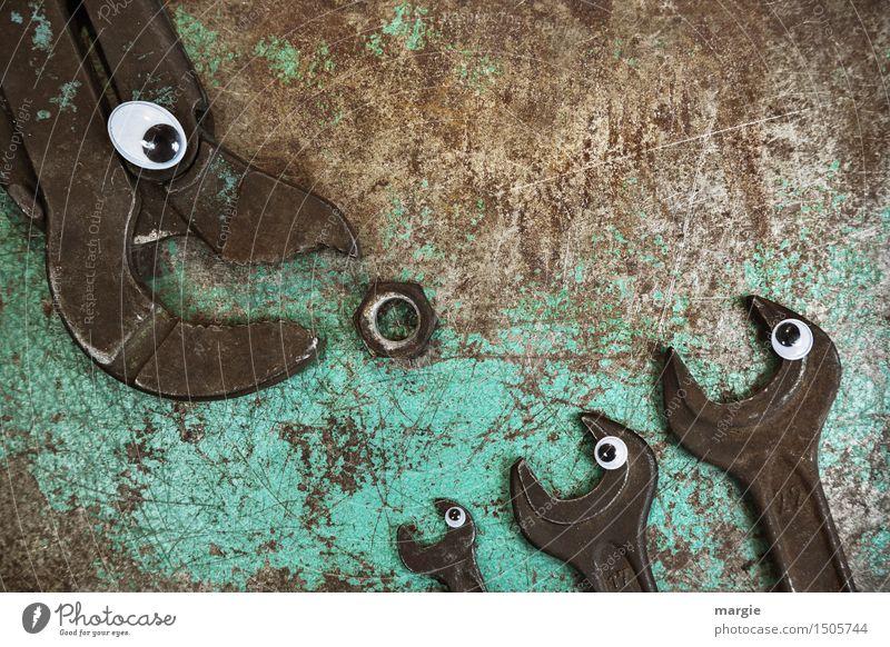 HUNGER! Eine große Sanitärzange und drei Schraubenschlüsseln mit Augen streiten sich um eine rostige Mutter Arbeit & Erwerbstätigkeit Beruf Handwerker Baustelle