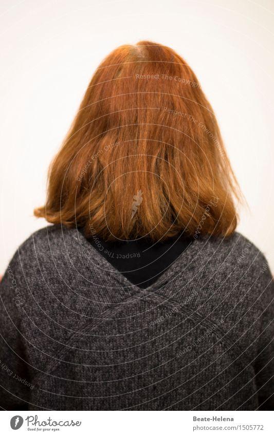 manchmal kann frau einfach nicht mehr hinschauen Frau rot schwarz Erwachsene Denken grau außergewöhnlich Haare & Frisuren Stimmung träumen Kraft Rücken warten