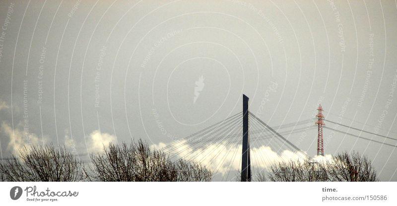 Räuchermännchen, sagt Lukas Himmel Baum Winter elegant Brücke fest historisch Rauch Strommast Zweig eckig Hochspannungsleitung Strebe trüb Träger laublos