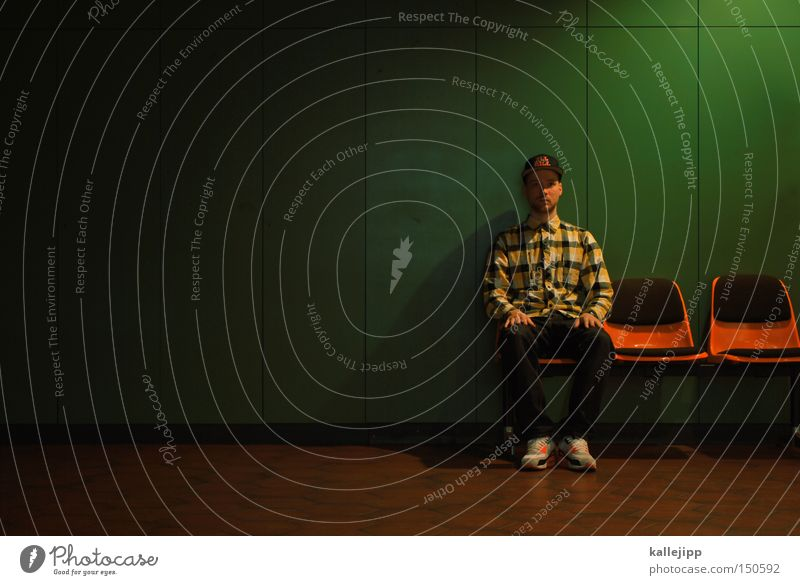 sit and wait Mensch Mann sitzen Mode Studium Lifestyle Stuhl Bank Student Hemd Mütze Bildung Beruf Behörden u. Ämter U-Bahnbank Warteraum
