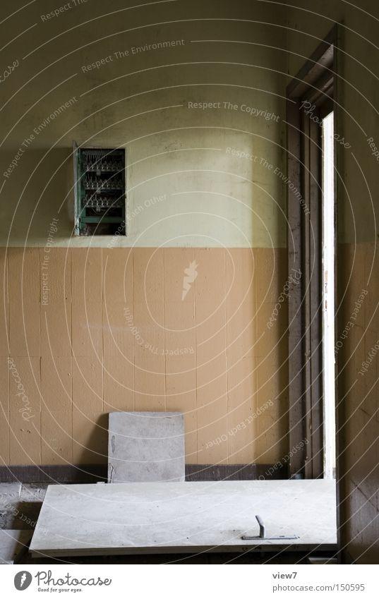 Hau's raus! Tür Flur Zerstörung Ausbruch Wut Flucht fluchen Wand gestalten Farbe Farbstoff Griff Einsamkeit gehen vergessen Ruine Mauer Detailaufnahme verfallen