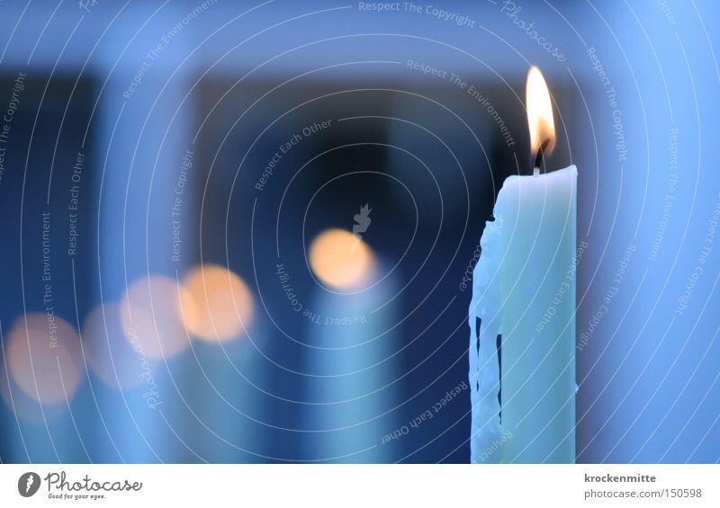 Kerzen im Wind Weihnachten & Advent blau Winter gelb kalt Wärme Beleuchtung Tropfen Vergänglichkeit Licht Reihe brennen Wachs Kerzendocht