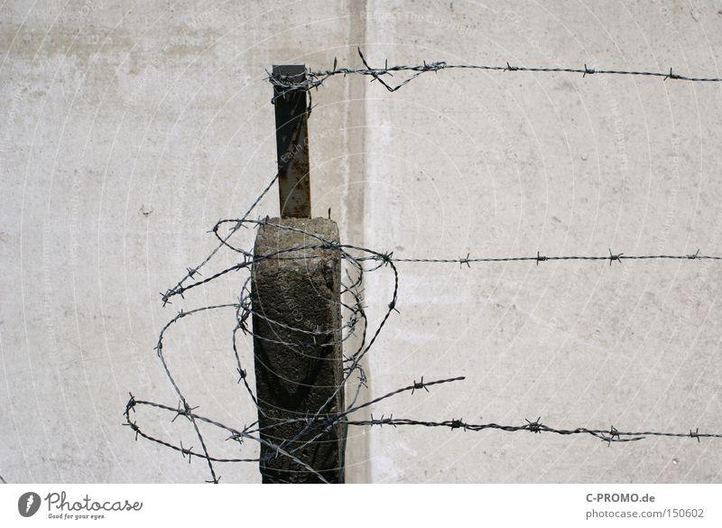 Sicherheitsrisiko grau Mauer Angst Beton gefährlich trist kaputt bedrohlich Krieg Flucht Panik Justizvollzugsanstalt Einbruch Ausbruch Stacheldraht fluchen