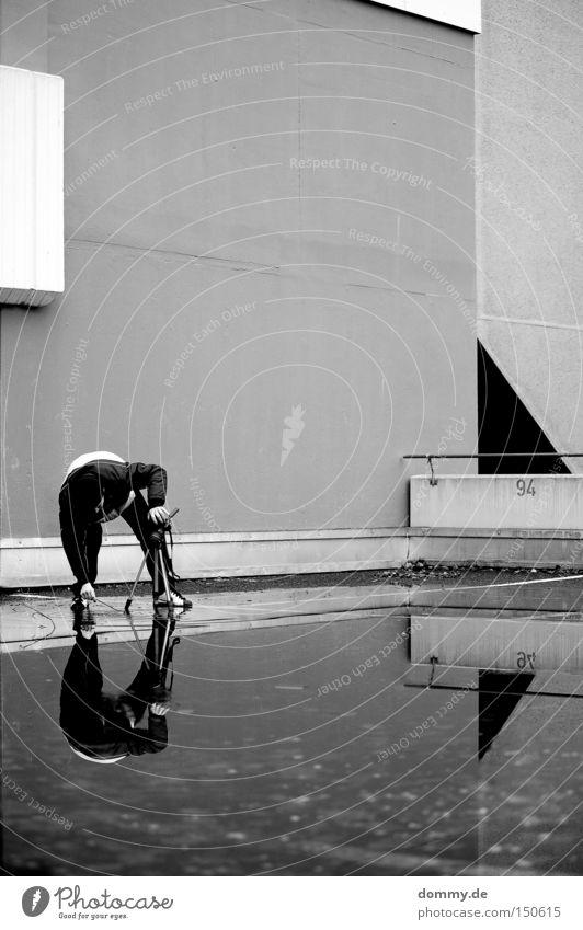 action Mann Parkhaus Reflexion & Spiegelung Fotografieren Linie Beton Parkplatz kalt Winter Leben Stadt Verkehrswege Wasser Teile u. Stücke Architektur