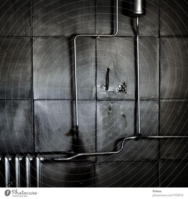 Monoton Wand grau Metall trist Fabrik Metallwaren verfallen Röhren Eisenrohr Langeweile Heizkörper Heizung Blech heizen Farblosigkeit Herz-/Kreislauf-System