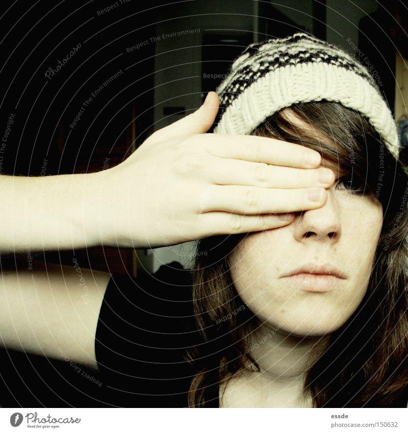 verstecken Frau Hand Winter Gesicht Auge dunkel hell Angst Erwachsene Arme Finger entdecken Mütze Panik ernst